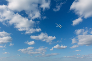青空に飛ぶ紙飛行機の写真素材 [FYI04283610]