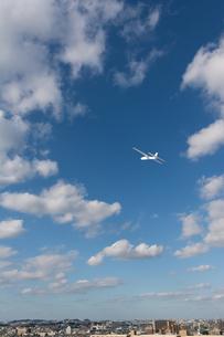 青空に飛ぶ紙飛行機の写真素材 [FYI04283611]