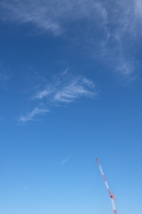 青空にクレーン車の写真素材 [FYI04283613]