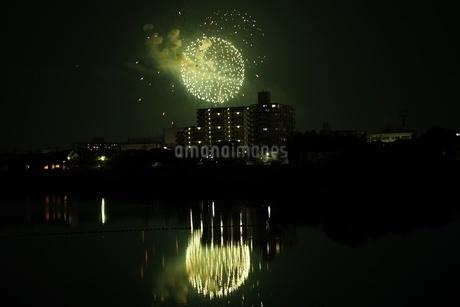 池に反射する緑の花火の写真素材 [FYI04283743]
