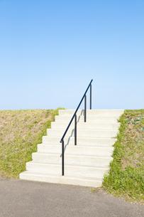 青空と白い階段の写真素材 [FYI04283758]