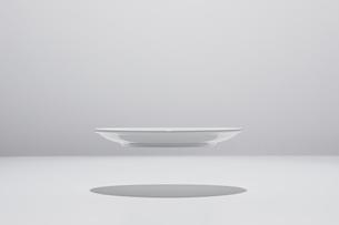 皿 浮いているの写真素材 [FYI04283988]