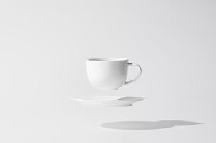 コーヒーカップ浮いているの写真素材 [FYI04284002]