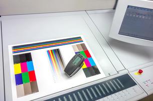 印刷物を測色機で品質管理するイメージ。印刷業、品質管理イメージの写真素材 [FYI04284052]