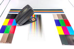 印刷物を測色機で品質管理するイメージ。印刷業、品質管理イメージの写真素材 [FYI04284054]