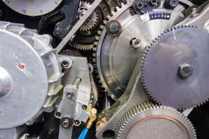 印刷機の駆動歯車群。精密機械、メカニカルイメージの写真素材 [FYI04284056]