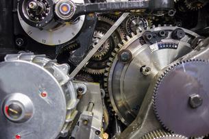 印刷機の駆動歯車群。精密機械、メカニカルイメージの写真素材 [FYI04284057]