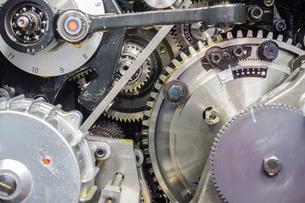 印刷機の駆動歯車群。精密機械、メカニカルイメージの写真素材 [FYI04284058]
