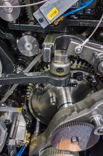 印刷機の駆動歯車群。精密機械、メカニカルイメージの写真素材 [FYI04284059]