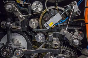 印刷機の駆動歯車群。精密機械、メカニカルイメージの写真素材 [FYI04284062]
