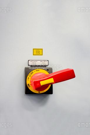 高電圧用大型スイッチのアップ。素材イメージ用の写真素材 [FYI04284065]