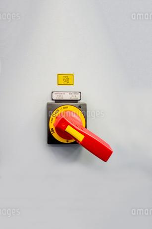 高電圧用大型スイッチのアップ。素材イメージ用の写真素材 [FYI04284066]