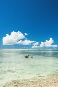 竹富島に浮かぶサバニ船の写真素材 [FYI04284209]