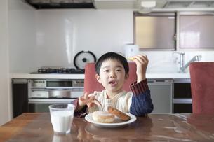 おやつ食べる男の子の写真素材 [FYI04284303]