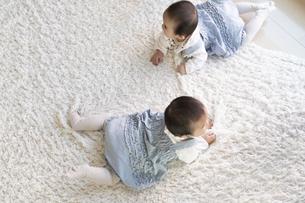 徘徊するふたりの赤ちゃんの写真素材 [FYI04284330]