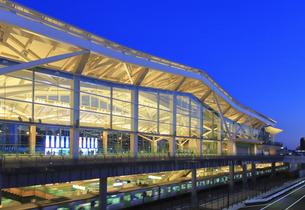 高輪ゲートウェイ駅 夕景の写真素材 [FYI04284569]