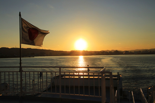 駿河湾フェリーから眺める夕暮れの駿河湾の写真素材 [FYI04284614]