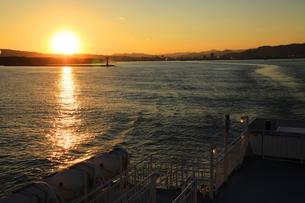 駿河湾フェリーから眺める夕暮れの駿河湾の写真素材 [FYI04284622]