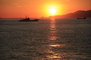 駿河湾フェリーから眺める夕暮れの駿河湾と漁船の写真素材 [FYI04284623]