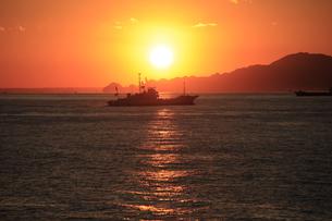 駿河湾フェリーから眺める夕暮れの駿河湾と漁船の写真素材 [FYI04284624]