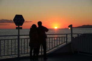 駿河湾フェリーから眺める夕暮れの駿河湾の写真素材 [FYI04284626]