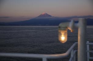 駿河湾フェリーから眺める夕暮れの駿河湾と富士山の写真素材 [FYI04284627]