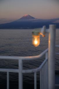 駿河湾フェリーから眺める夕暮れの駿河湾と富士山の写真素材 [FYI04284628]