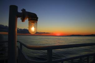 駿河湾フェリーから眺める夕暮れの駿河湾の写真素材 [FYI04284629]