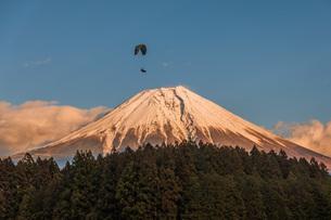 富士山とパラグライダーの写真素材 [FYI04285315]