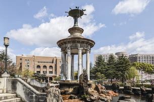 鶴舞公園噴水塔と名古屋市公会堂を見る風景の写真素材 [FYI04285380]