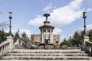 鶴舞公園名古屋市公会堂を背景に見る噴水塔の写真素材 [FYI04285381]