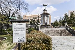 鶴舞公園名古屋市公会堂を背景に見る噴水塔の写真素材 [FYI04285382]