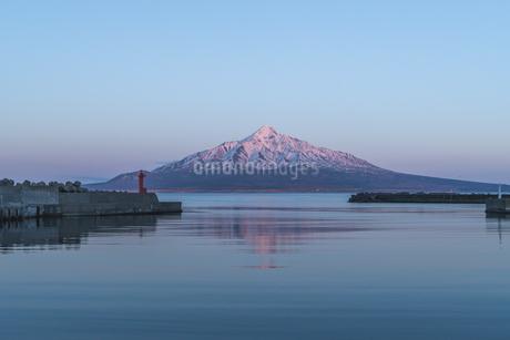 夕焼けに染まる雪の利尻富士の写真素材 [FYI04285721]