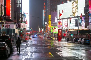 COVID-19 コロナウイルスの流行で人影と車が消えた夜のニューヨーク タイムズスクエアの写真素材 [FYI04285771]