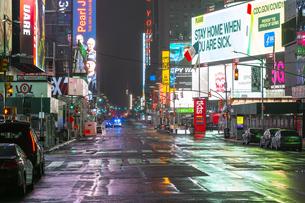COVID-19 コロナウイルスの流行で人影と車が消えた夜のニューヨーク タイムズスクエアの写真素材 [FYI04285772]