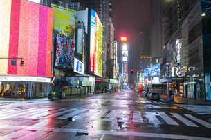 COVID-19 コロナウイルスの流行で人影と車が消えた夜のニューヨーク タイムズスクエアの写真素材 [FYI04285773]