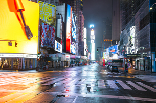 COVID-19 コロナウイルスの流行で人影と車が消えた夜のニューヨーク タイムズスクエアの写真素材 [FYI04285775]