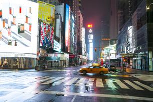 COVID-19 コロナウイルスの流行で人影と車が消えた夜のニューヨーク タイムズスクエアの写真素材 [FYI04285777]