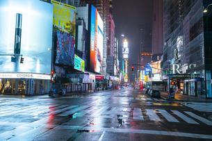 COVID-19 コロナウイルスの流行で人影と車が消えた夜のニューヨーク タイムズスクエアの写真素材 [FYI04285778]