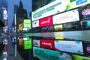 COVID-19 コロナウイルスの流行で人影と車が消えた夜のニューヨーク タイムズスクエアの写真素材 [FYI04285791]