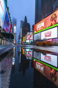COVID-19 コロナウイルスの流行で人影と車が消えた夜のニューヨーク タイムズスクエアの写真素材 [FYI04285794]