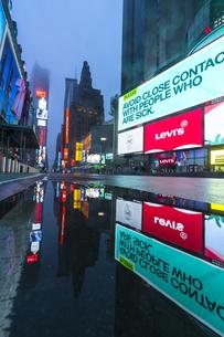 COVID-19 コロナウイルスの流行で人影と車が消えた夜のニューヨーク タイムズスクエアの写真素材 [FYI04285800]