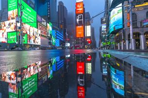 COVID-19 コロナウイルスの流行で人影と車が消えた夜のニューヨーク タイムズスクエアの写真素材 [FYI04285801]