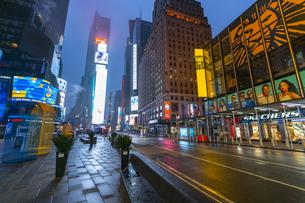 COVID-19 コロナウイルスの流行で人影と車が消えた夜のニューヨーク タイムズスクエアの写真素材 [FYI04285805]