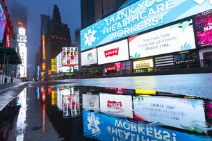 COVID-19 コロナウイルスの流行で人影と車が消えた夜のニューヨーク タイムズスクエアの写真素材 [FYI04285806]