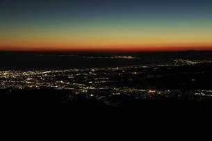 芦ノ湖スカイラインから眺める駿河湾の夜景の写真素材 [FYI04285982]