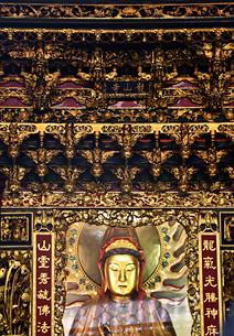台湾 台北Taipei 龍山寺 ロンシャンスー 神様 仏像 観世音菩薩の写真素材 [FYI04286176]