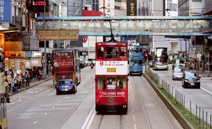 香港の街を行く路面電車トラム。英国植民地時代から走り続けるの写真素材 [FYI04286244]