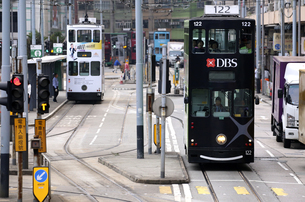 香港の街を行く路面電車トラム。英国植民地時代から走り続けるの写真素材 [FYI04286255]