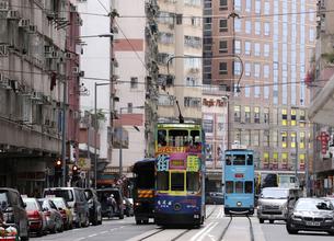 香港の街を行く路面電車トラム。英国植民地時代から走り続けるの写真素材 [FYI04286258]